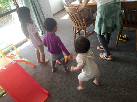 子ども同士遊ぶ